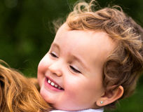 παιδί αγορακιών απομονωμένος πορτρέτου του αναδρομικός μικρός χαμόγελου δεξαμενών άσπρος ξύλινος truck παιχνιδιών μικρών παιδιών  Στοκ Εικόνα