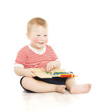 Παιδί αγοριών ευχαριστημένο από τον άβακα, έξυπνο μάθημα μελέτης παιδάκι, educ Στοκ φωτογραφία με δικαίωμα ελεύθερης χρήσης