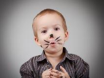 Παιδί αγοριών παιδιών με τη γάτα makeup Χιούμορ και διασκέδαση, ευτυχής παιδική ηλικία Στοκ εικόνα με δικαίωμα ελεύθερης χρήσης
