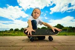 Παιδί αγοριών σκέιτερ με skateboard του δραστηριότητα υπαίθρια Στοκ Εικόνα
