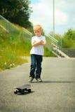 Παιδί αγοριών σκέιτερ με skateboard του δραστηριότητα υπαίθρια Στοκ φωτογραφία με δικαίωμα ελεύθερης χρήσης