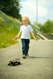 Παιδί αγοριών σκέιτερ με skateboard του δραστηριότητα υπαίθρια Στοκ Φωτογραφίες
