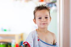 Παιδί από το λουτρό με την υγρές τρίχα και την πετσέτα Στοκ Εικόνες