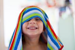 Παιδί από το λουτρό με την υγρές τρίχα και την πετσέτα Στοκ εικόνες με δικαίωμα ελεύθερης χρήσης