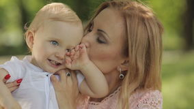 παιδί η φιλώντας μητέρα της απόθεμα βίντεο