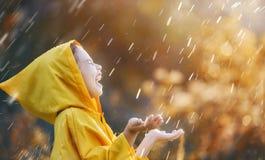 Παιδί κάτω από τη βροχή φθινοπώρου Στοκ φωτογραφία με δικαίωμα ελεύθερης χρήσης