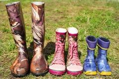 Παιδί και ενήλικες μπότες του Ουέλλινγκτον Στοκ Φωτογραφία