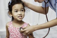 Παιδί και παιδίατρος στοκ εικόνα