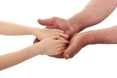 Παιδί και παλαιά χέρια ατόμων Στοκ Φωτογραφίες