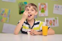 Παιδί και υγιές πρόχειρο φαγητό Στοκ Φωτογραφίες