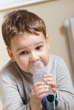 Παιδί και inhaler Στοκ Φωτογραφία