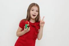 Παιδί και matrioshka Στοκ εικόνες με δικαίωμα ελεύθερης χρήσης