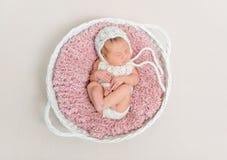 Παιδί κοιμισμένο στο μεγάλο ρόδινο μαξιλάρι Στοκ Φωτογραφία