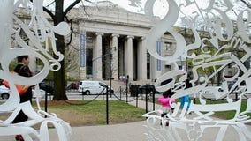 Παιδί κοντά στην πανεπιστημιούπολη Τεχνολογικού Ινστιτούτου της Μασαχουσέτης (MIT), Βοστώνη, ΗΠΑ, απόθεμα βίντεο