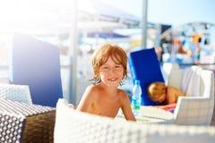 παιδί κοντά στη λίμνη Στοκ Φωτογραφία