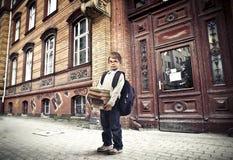 Παιδί κοντά στο σχολείο Στοκ Εικόνες