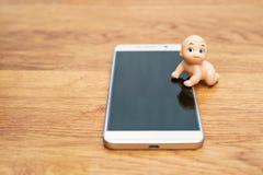 Παιδί μαριονετών στο smartphone Στοκ φωτογραφίες με δικαίωμα ελεύθερης χρήσης