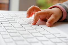 Παιδί με έναν υπολογιστή Στοκ εικόνες με δικαίωμα ελεύθερης χρήσης