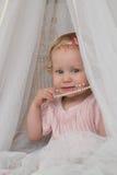 Παιδί με ένα περιδέραιο των μαργαριταριών Στοκ φωτογραφίες με δικαίωμα ελεύθερης χρήσης
