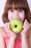 Παιδί με ένα πράσινο μήλο στοκ φωτογραφίες με δικαίωμα ελεύθερης χρήσης