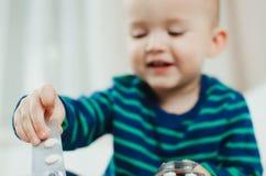 Παιδί με τα χάπια Στοκ Φωτογραφίες