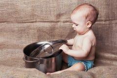 Παιδί με την κατσαρόλλα στοκ εικόνες