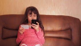 Παιδί με την πιστωτική κάρτα απόθεμα βίντεο