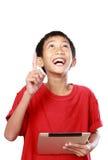Παιδί με την υπόδειξη ταμπλετών Στοκ εικόνες με δικαίωμα ελεύθερης χρήσης