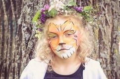 Παιδί με τη ζωγραφική προσώπου τιγρών Στοκ Φωτογραφία