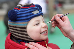 Παιδί με τη ζωγραφική προσώπου στοκ εικόνες