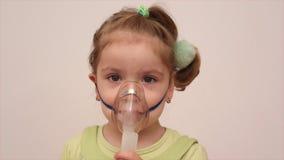 Παιδί με τη μάσκα εισπνοής απόθεμα βίντεο