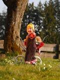 Παιδί με τη μεταφορά κουκλών Στοκ φωτογραφία με δικαίωμα ελεύθερης χρήσης