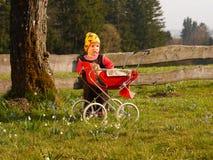 Παιδί με τη μεταφορά κουκλών Στοκ Φωτογραφίες