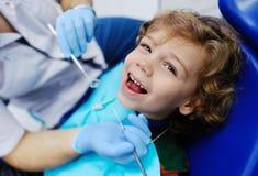 Παιδί με τη σγουρή τρίχα στον οδοντίατρο Στοκ εικόνες με δικαίωμα ελεύθερης χρήσης