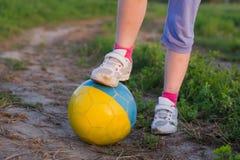 Παιδί με τη σφαίρα ποδοσφαίρου Στοκ φωτογραφία με δικαίωμα ελεύθερης χρήσης