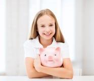 Παιδί με τη piggy τράπεζα Στοκ εικόνα με δικαίωμα ελεύθερης χρήσης