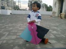 Παιδί με τον ικτίνο και το νήμα την ημέρα πετάγματος ικτίνων, Ahmedabad στοκ εικόνα