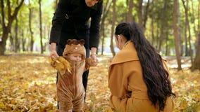 Παιδί με τον μπαμπά που περπατά στο δάσος φθινοπώρου απόθεμα βίντεο