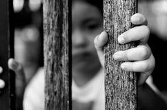 Παιδί με τον ξύλινο φράκτη, που δεν αισθάνεται καμία ελευθερία, γραπτή φωτογραφία Στοκ φωτογραφία με δικαίωμα ελεύθερης χρήσης