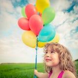 Παιδί με τον τομέα μπαλονιών παιχνιδιών την άνοιξη Στοκ φωτογραφία με δικαίωμα ελεύθερης χρήσης