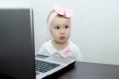 Παιδί με τον υπολογιστή ταμπλετών Στοκ φωτογραφία με δικαίωμα ελεύθερης χρήσης