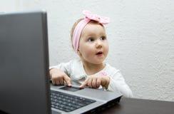 Παιδί με τον υπολογιστή ταμπλετών Στοκ Εικόνα