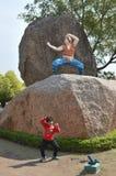 Παιδί με το άγαλμα της Jackie Chan στην πόλη ταινιών Ramoji, Hyderabad στοκ εικόνες