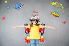 Παιδί με το αεριωθούμενο πακέτο που παίζει στο σπίτι στοκ φωτογραφία με δικαίωμα ελεύθερης χρήσης