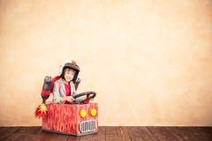 Παιδί με το αεριωθούμενο πακέτο που παίζει στο σπίτι στοκ εικόνες