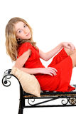 Παιδί με το κόκκινο φόρεμα στον πάγκο Στοκ φωτογραφίες με δικαίωμα ελεύθερης χρήσης