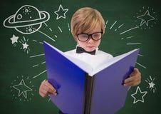 Παιδί με το μεγάλο βιβλίο και το άσπρο διάστημα doodles ενάντια στον πράσινο πίνακα κιμωλίας Στοκ Εικόνες
