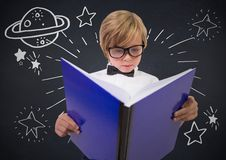 Παιδί με το μεγάλο βιβλίο και το άσπρο διάστημα doodles ενάντια στον πίνακα κιμωλίας ναυτικών Στοκ φωτογραφία με δικαίωμα ελεύθερης χρήσης