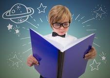 Παιδί με το μεγάλο βιβλίο και το άσπρο διάστημα doodles στο γαλαζοπράσινο κλίμα Στοκ φωτογραφία με δικαίωμα ελεύθερης χρήσης