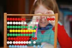 Κορίτσι και μαθηματικό πρόβλημα Στοκ Φωτογραφία